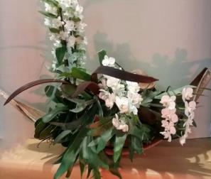 barca di fiori bianchi