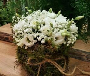composizione naturale di fiori bianchi