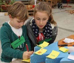 Rachele e Veronica preparano i loro disegni