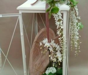 Lanterna cuore e fiori bianchi
