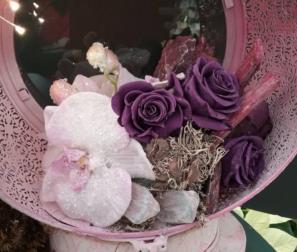 meravigliose rose viola in composizione