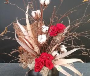 rose rosse stabilizzate e fiori di cotone